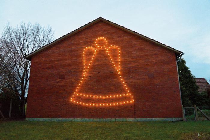 Nicht zu übersehen: In Bokel leuchtet alljährlich der große Engel an der Hausfassade bei Familie Röhr. Foto: RSA/Addicks