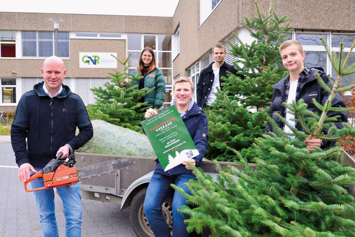 Lehrer Tobias Forthaus (v.l.) unterstützt die Idee seiner Schüler Maike Kemper, Felix Pickenäcker, Erik Horsthemke und Hen