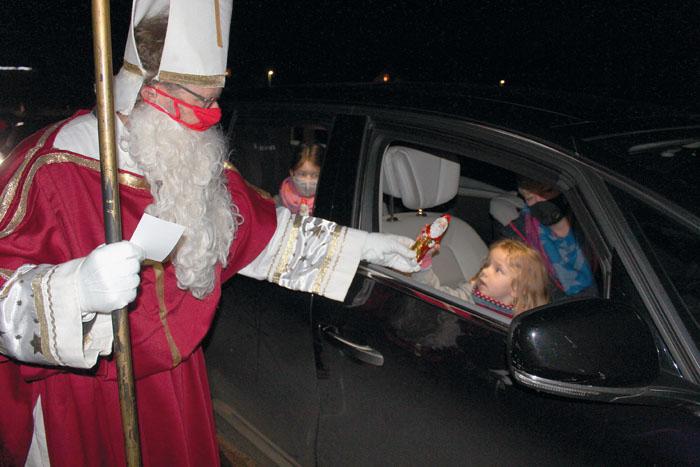 """Alois Pauleickhoff im Gewand des Nikolauses sorgt für strahlende Kinderaugen bei der """"Drive-in""""-Aktion des Pastoralverbu"""