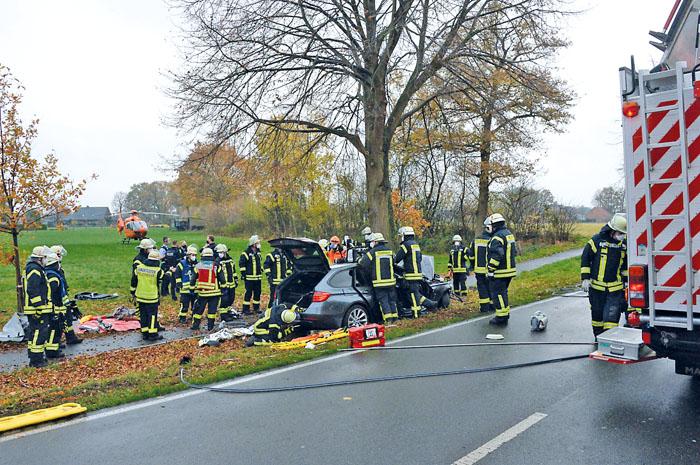Schnell sind die Rettungskräfte vor Ort, um den beiden verunglückten Männern aus dem Wagen zu helfen. Die Rettungsaktion d