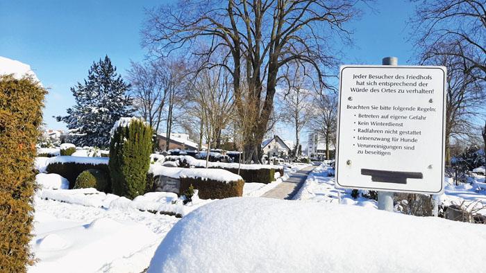 Friedhöfe sind besonders sensibel zu behandelnde Flächen. Seit über einem Jahr kümmert sich nun die Stadt um die Pflege u