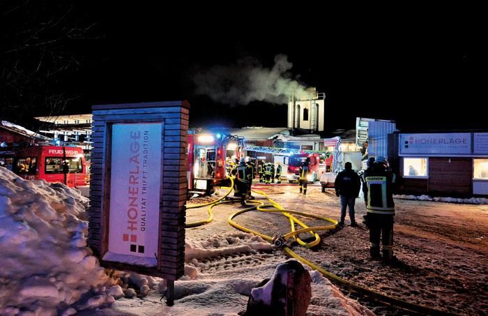 Bis zu 100 Feuerwehrkräfte waren in der Spitze vor Ort, um die gefährliche Brandentwicklung behutsam zu löschen. Unterstü
