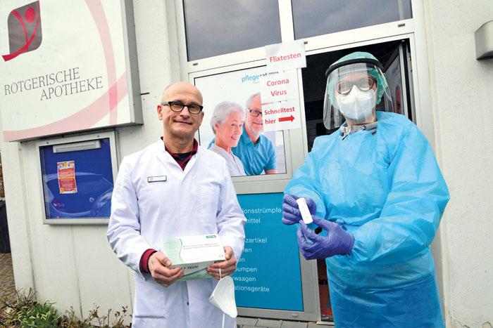 Jacek und Nicole Sakowski bieten den Bürgern die Corona-Schnelltestung durch geschultes Personal in der Rotgerischen Apothek