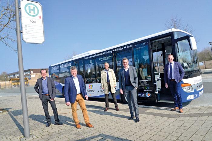 Stefan Honerkamp (VV OWL), Dirk Hänsgen (go.on - Gesellschaft für Bus- und Schienenverkehr) Landrat Sven-Georg Adenauer,