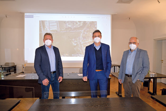 Wilfried Dörhoff (v.l.), Bürgermeister Andreas Sunder und Matthias Setter stellen die derzeitige Situation der Betreuungspl