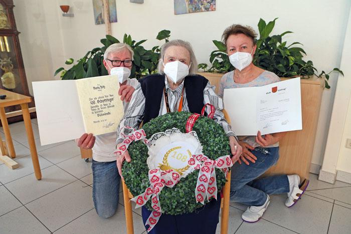 Glückwünsche aus Neuenkirchen, dem Kreis Gütersloh und der Stadt Rietberg konnte Maria Peitz (Mitte) entgegen nehmen. Auch