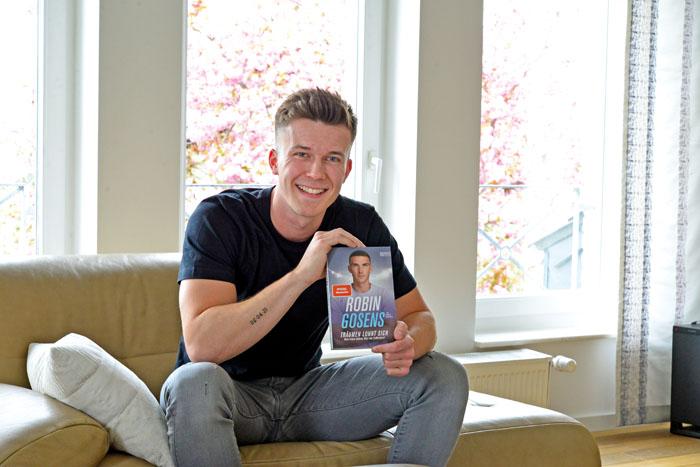 Mario Krischel präsentiert stolz sein Buch mit der Biografie von Nationalspieler Robin Gosens. Foto: RSA/Addicks