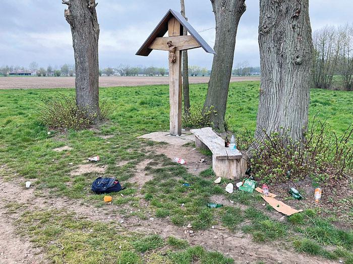 Neben dem beschädigten Kreuz lassen die Täter auch allerhand Müll und einen Rucksack liegen. Foto: privat