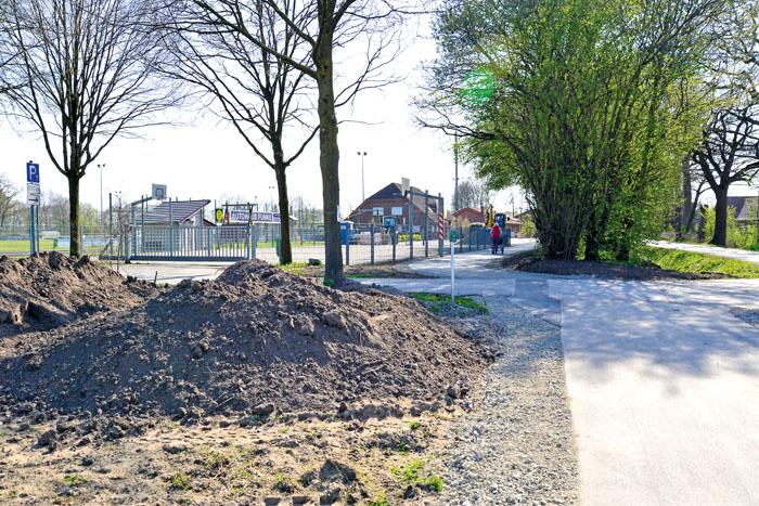 Der Blick Richtung Sportplatz der Germania zeigt es: Der Radweg ist frisch geteert, dennoch sieht es noch sehr nach Baustelle