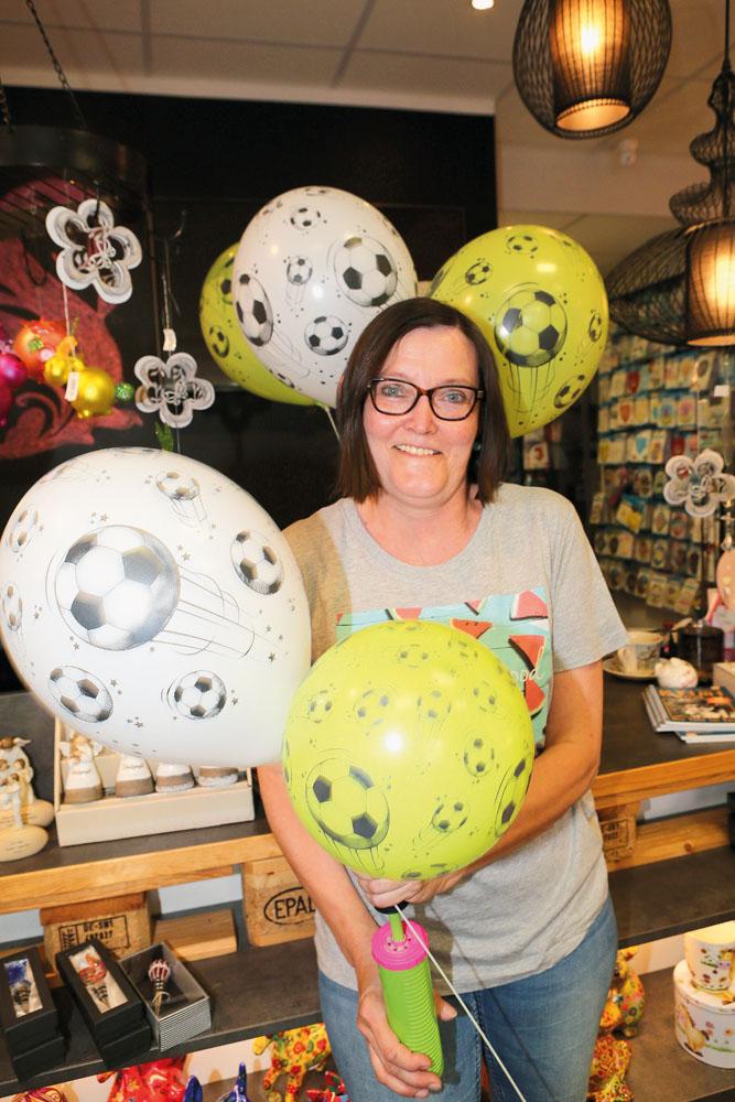 Ursula Junkerkalefeld schmückt ihr Geschäft in der Rathausstraße passend zur EM mit vielen bunten Fußball-Ballons. Fotos: