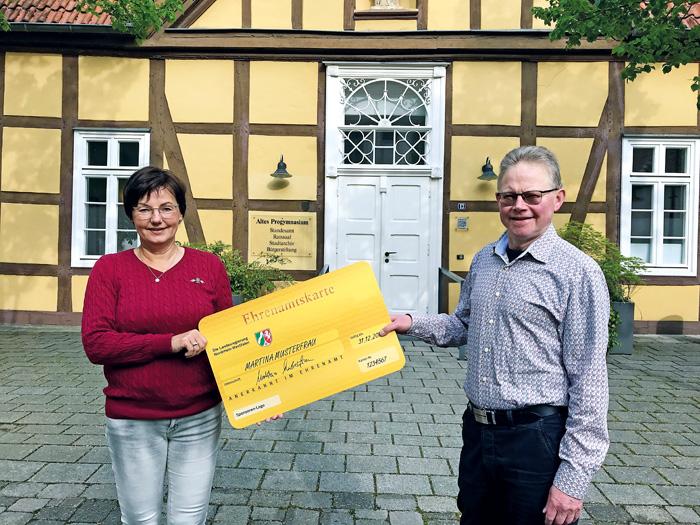 Heiner Rasche, Geschäftsführer der Bürgerstiftung Rietberg, und Mitarbeiterin Doris Vogel werben für die Ehrenamtskarte d