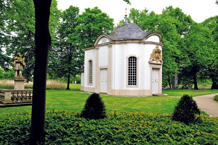 Am 19. Mai 1748 wurde die Kapelle eingeweiht. Graf Maximilian von Kaunitz und Gräfin Maria Ernestine Franziska hatten sie zu