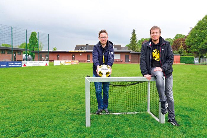 Markus Brunsing (links) und Christoph Bresser hoffen, dass es bald wieder losgehen kann auf dem Grün. Foto: RSA/Addicks