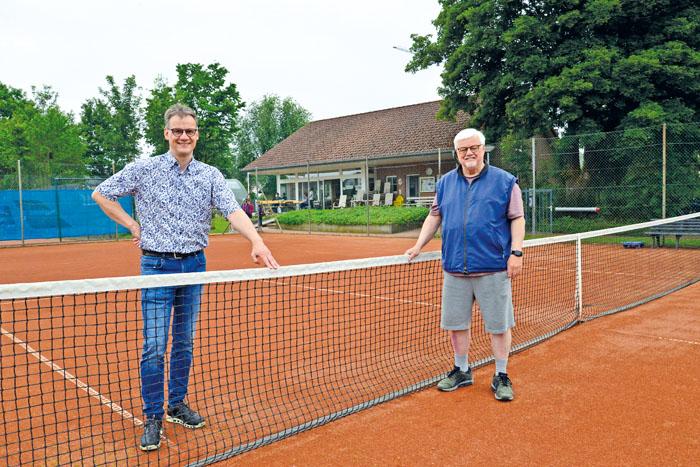 Dietmar Wieck (links) und Hans Peter Scharpenberg sind stolz auf die starke Tennisabteilung des RW Mastholte. Foto: RSA/Addic