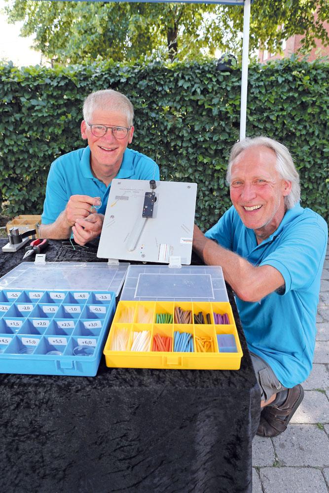 """Ulrich Herbort (links) und Willi Repke engagieren sich für das Projekt """"Ein-Dollar-Brille"""" in ärmeren Ländern. Fotos:"""