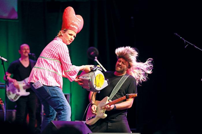 """Da gab's auch mal ein Ständchen: Mit dabei hatte die Komikerin die Band """"Die Honkey Donkeys""""."""