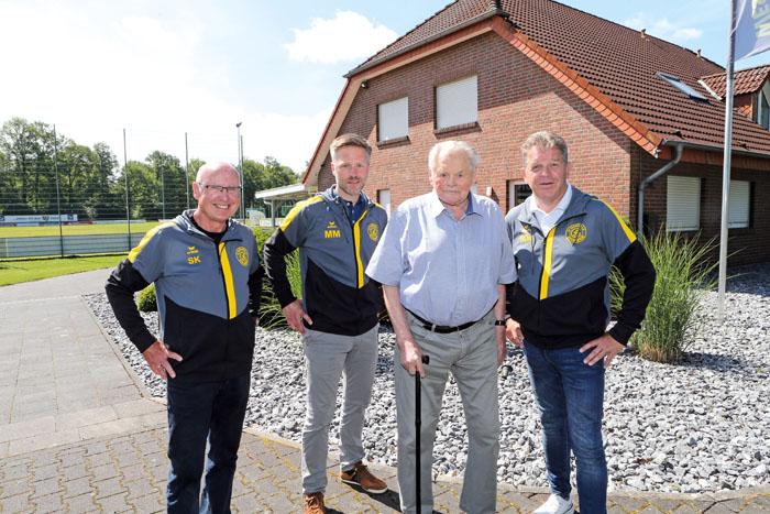 Siegfried Kleinhans (v.l.), Mario Meier und Robert Oesterschlink (rechts) mit dem ältesten Mitglied des Vereins: Erwin Buchw