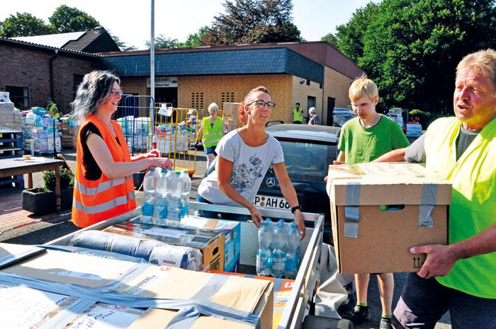 Mit Lieferwagen, Pkw oder als Gespann mit Anhänger fuhren an vier Tagen Spender ihre Hilfsgüter nach Bokel. Sie kamen aus e