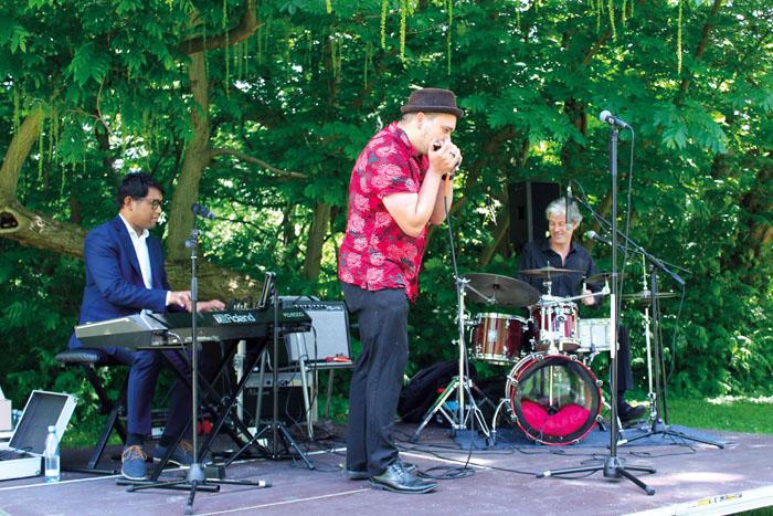 """Gemeinsam mit Mundharmonika-Solist Martin Fetzer spielten """"Boogielicious"""" ein hervorragendes Konzert."""