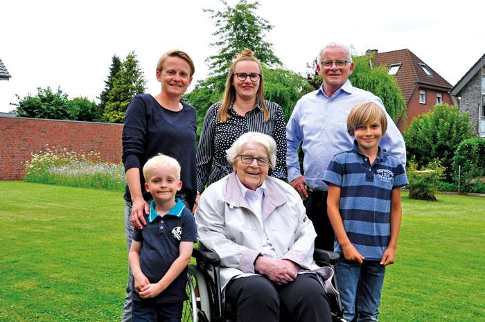 Anni Lütkebohle, Mittelpunkt ihrer kleinen Familie. Zum 100.  Geburtstag gratulieren voller Freude und Dankbarkeit (v.li.) E