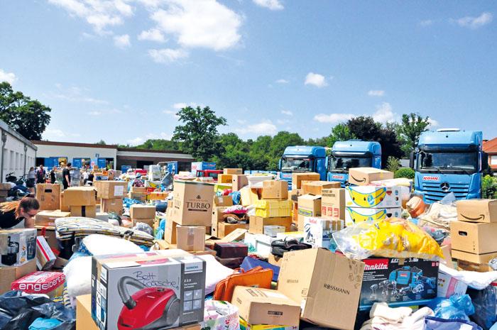 Nach kurzer Zeit türmten sich Spendenartikel jeglicher Art auf dem Speditionsgelände bei Röhr. Überwältigende Hilfsberei