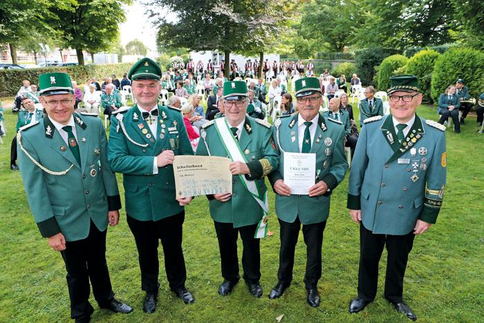 Der stellvertretende Brudermeister Ralf Hesse (v.l.), der stellvertretende Diözesanbundesmeister Burkhard Deppe und Bezirkso