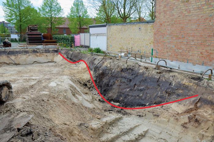 """Profil (rot markiert) der """"Doppelgrabenanlage"""" im Süden der Stadt (Schrägbild)."""