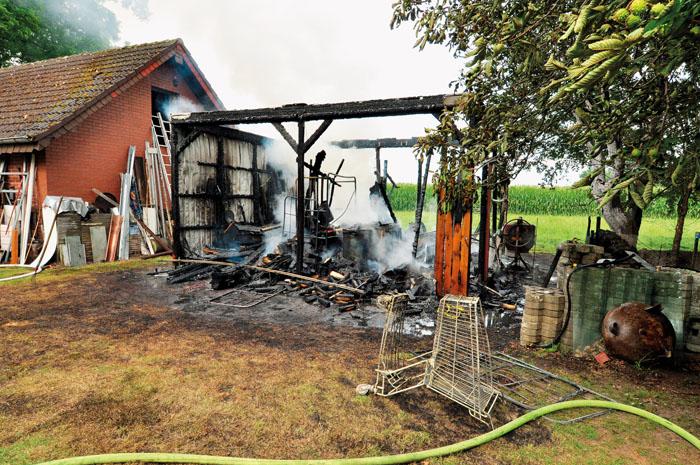 Nichts blieb mehr übrig von Gebäude, Maschinen und Werkzeugen beim Brand dieser Werkstatt im Garten an der Südstraße 61.