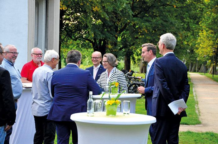Locker freundlich begrüßte Ministerin Scharrenbach, mit empfohlener Corona-Faust, die ihr einzeln vorgestellten Fraktionsvo
