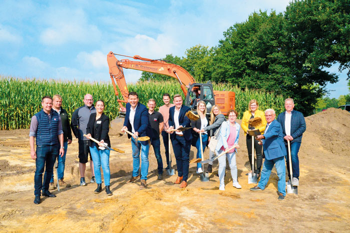 Da packen alle mit an: AWO-Vorstand Thorsten Klute (5.v.l.) und Bürgermeister Andreas Sunder (7.v.r.) freuen sich über das