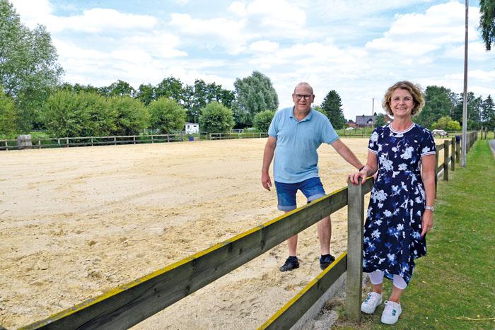 Manfred Berkemeier und Petra Grauthoff freuen sich sehr, dass der neue Springplatz des Reitvereins Mastholte nun fertig ist.