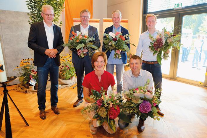 Glückwünsche von Manfred Rehkemper (1. Vorsitzender Kolpinghaus, hinten v.l.) an Andreas Venker, Ludger Kuper, Christoph Dr