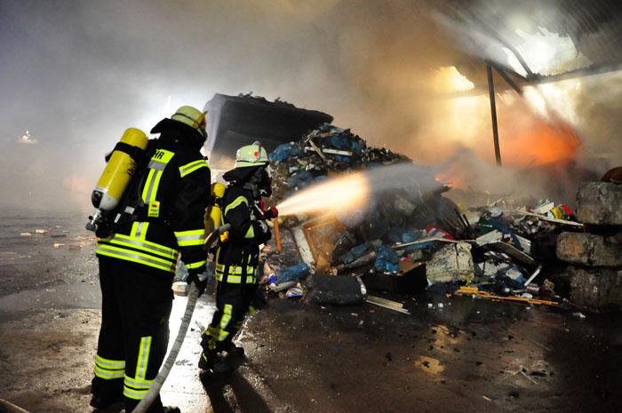 Unter schwerem Atemschutz rückten Löschtrupps an den Brandherd. In vorhandener Müllmischung fand das Feuer reichlich Nahru