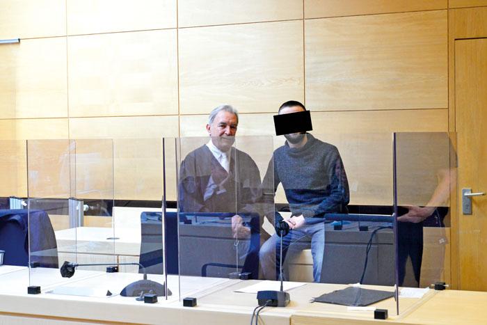 Der Angeklagte Omari L. (rechts) mit seinem Strafverteidiger Sewarion Kirkitadse im Verhandlungssaal des Landgerichts. Foto: