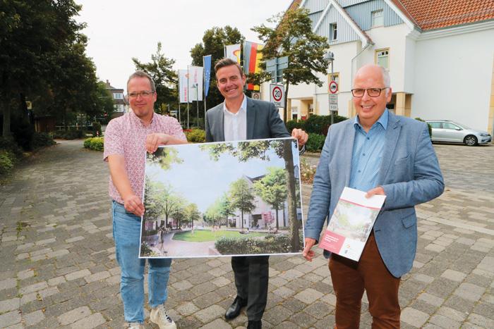 Rüdiger Ropinski (Leiter Stadtentwicklung, v.l.), Bürgermeister Andreas Sunder und Matthias Setter (Fachbereichsleiter Baue