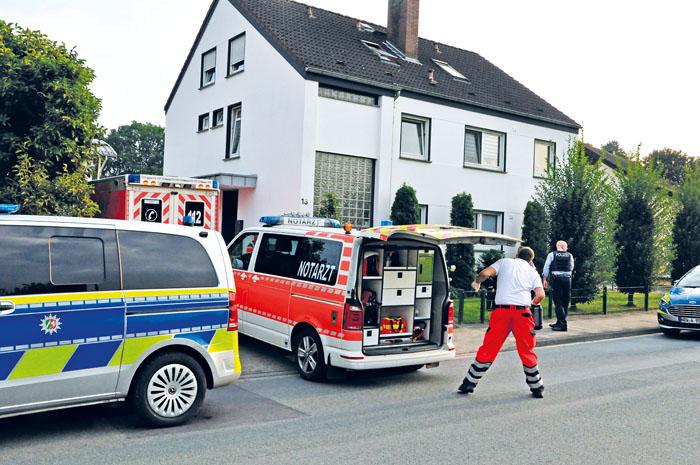 Vier Einsatzwagen der Polizei, ein Rettungs- und ein Notarztwagen waren vor Ort, als in der Meldung von einer angeschossenen