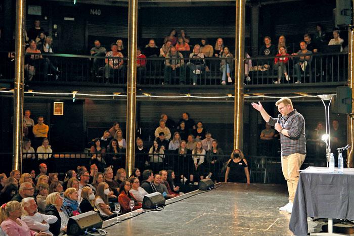 Gebannt lauscht das Publikum den spannenden Geschichten. Den einen oder anderen Fall kennt man noch aus den Medien. Fotos: RS