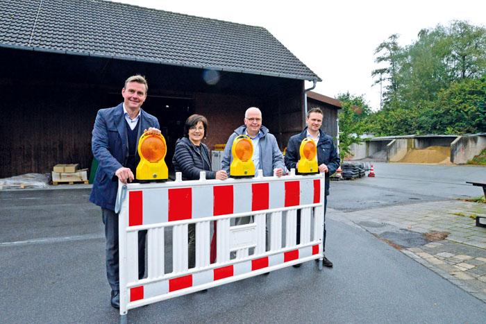 Bürgermeister Andreas Sunder (v.l.), Renate Pörtner (Abteilung Wirtschaftsförderung), Matthias Setter und Jens Hökenschni
