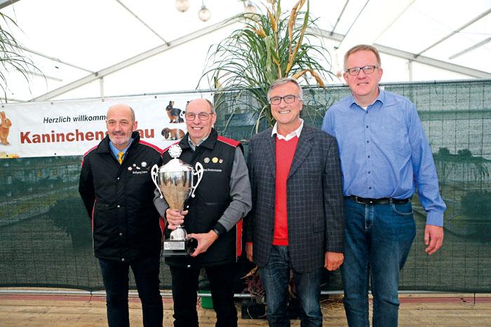 Wolfgang Ewers (v.l.), Alfred Brockschnieder, der stellvertretende Bürgermeister Detlev Hanemann sowie der 2. Kreisverbandsv